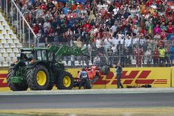 Les commissaires emmènent la voiture de Sebastian Vettel, Ferrari SF71H