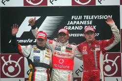 Podio: segundo lugar Heikki Kovalainen, Renault R27, ganador de la carrera Lewis Hamilton, McLaren Mercedes MP4/22 y tercer lugar Kimi Raikkonen, Ferrari F2007