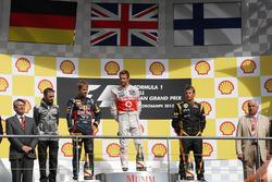 Podium: racewinnaar Jenson Button, McLaren, tweede plaats Sebastian Vettel, Red Bull Racing, derde plaats Kimi Raikkonen, Lotus F1