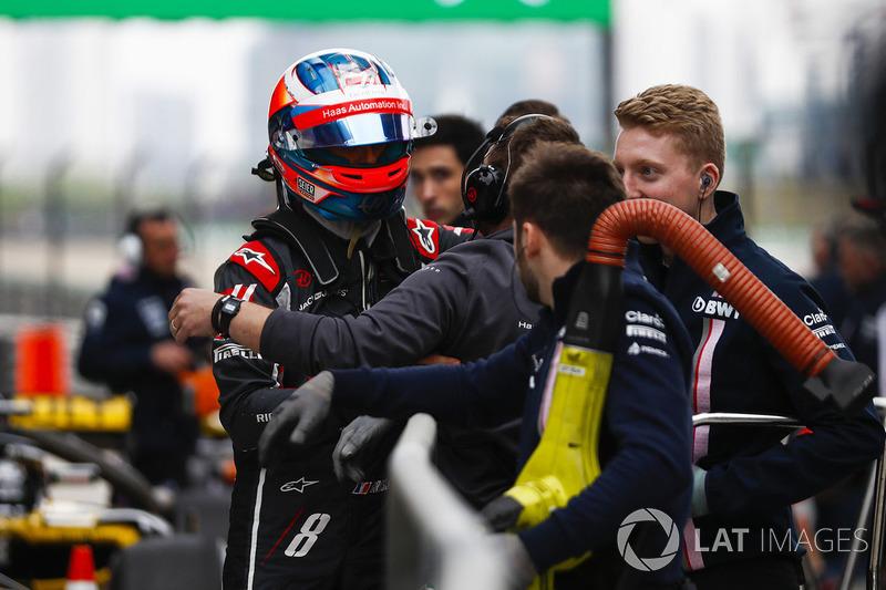 Romain Grosjean, Haas F1 Team, talks to team members after qualifying