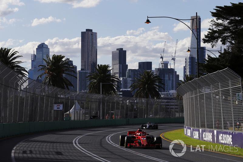 Lewis Hamilton na volta 28: Hamilton: O que aconteceu rapazes? Por que vocês não me falaram que Vettel foi para os pits? O que aconteceu? Rádio: Estamos analisando isso, Lewis. Hamilton: Foi erro meu ou... eu teria que estar mais rápido com o Safety Car? R
