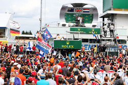 Podio: ganador de la carrera Lewis Hamilton, Mercedes AMG F1 segundo lugar Daniel Ricciardo, Red Bul