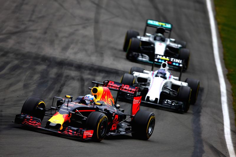 Даніель Ріккардо, Red Bull Racing RB12 випереджає Валттері Боттаса, Williams FW38 Mercedes та Ніко Росберга, Mercedes AMG F1 W07