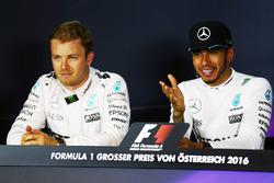 Нико Росберг, Mercedes AMG F1 и Льюис Хэмилтон, Mercedes AMG F1 на пресс-конференции FIA после квали