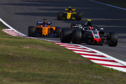 Kevin Magnussen, Haas F1 Team VF-18 Ferrari, Fernando Alonso, McLaren MCL33 Renault, en Carlos Sainz