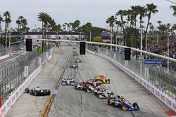 Start: Alexander Rossi, Andretti Autosport Honda, führt; Simon Pagenaud, Team Penske, crasht
