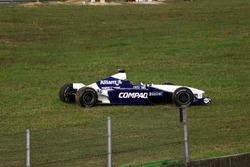 Поврежденный автомобиль BMW Williams FW23 Хуана-Пабло Монтойи после столкновения с Arrows Asiatech A22 Йоса Ферстаппена