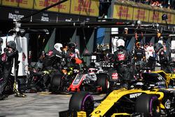 Romain Grosjean, Haas F1 Team VF-18 pit stop and Nico Hulkenberg, Renault Sport F1 Team R.S. 18