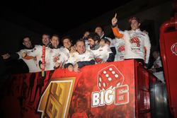 Celebración Marc Márquez en Cervera con su equipo