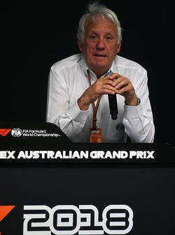 Charlie Whiting, directeur de course de la FIA, en conférence de presse