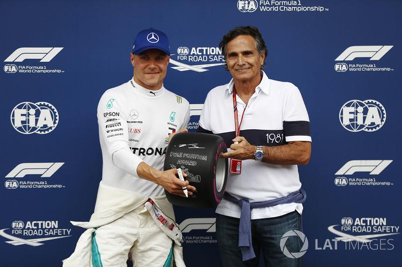 Il poleman Valtteri Bottas, Mercedes AMG F1, posa accanto a Nelson Piquet Sr., con il Pirelli pole position award