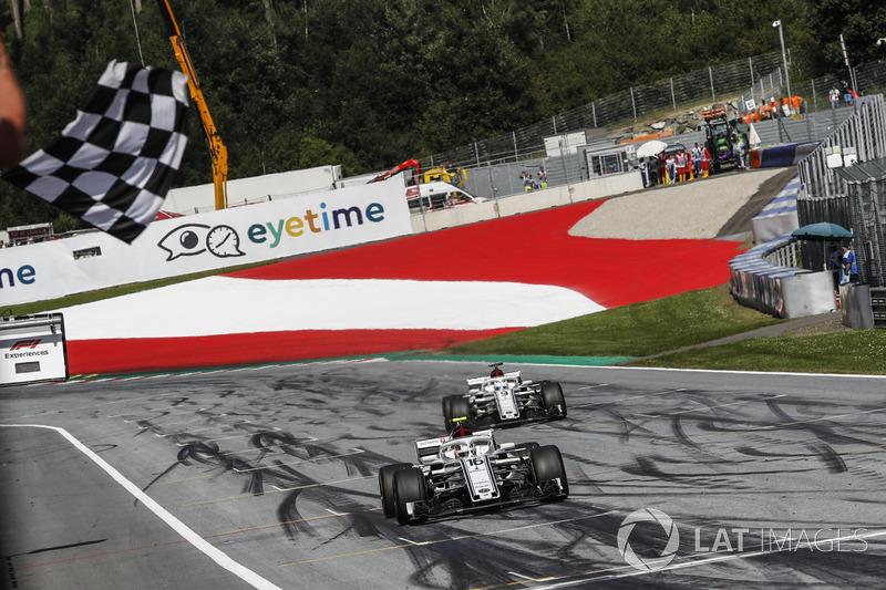 Charles Leclerc, Sauber C37 et Marcus Ericsson, Sauber C37 passent sous le drapeau à damier