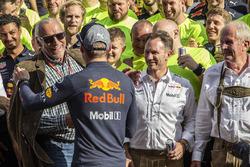 El ganador de la carrera Max Verstappen, Red Bull Racing celebra con Dietrich Mateschitz, CEO y fundador de Red Bull, Christian Horner, director del equipo Red Bull Racing, Dr. Helmut Marko, consultor de Red Bull Motorsport y el equipo