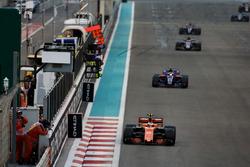 Stoffel Vandoorne, McLaren MCL32, leads Pierre Gasly, Toro Rosso STR12