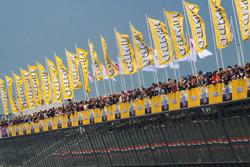 Banderas jumbo en el complejo de boxes