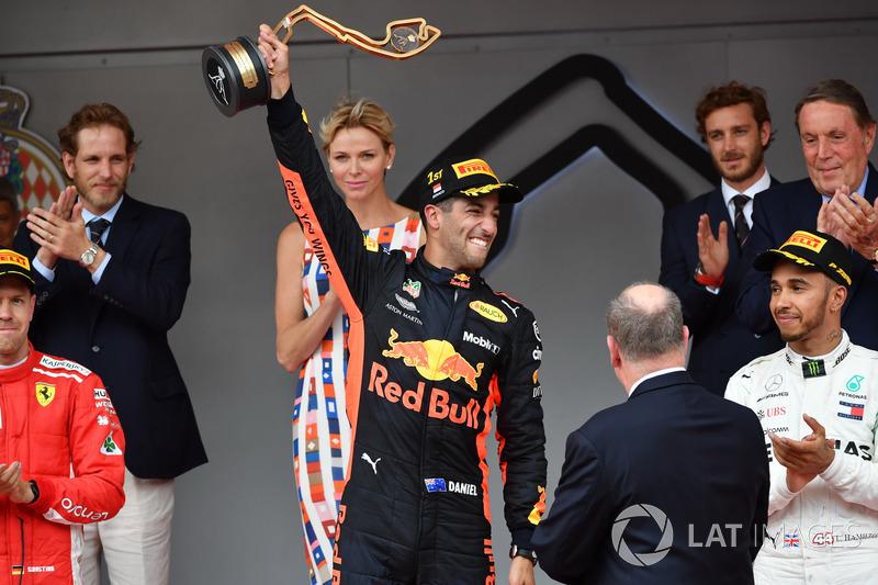 Podio: ganador de la carrera Daniel Ricciardo, Red Bull Racing RB14
