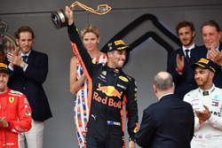 Podio: ganador de la carrera Daniel Ricciardo, Red Bull Racing RB14