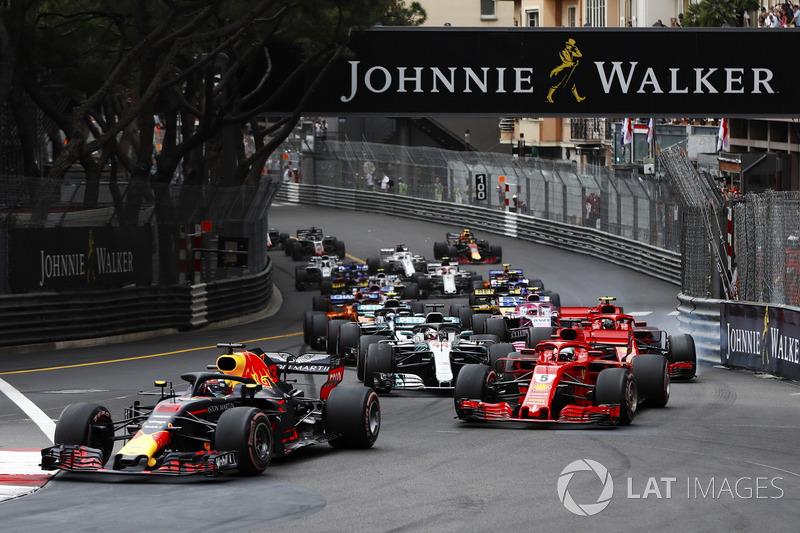 Max Verstappen, Red Bull Racing RB14, leads Sebastian Vettel, Ferrari SF71H, Lewis Hamilton, Mercedes AMG F1 W09, Kimi Raikkonen, Ferrari SF71H and Valtteri Bottas, Mercedes AMG F1 W09 at the start