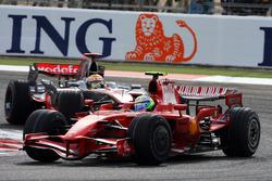 Felipe Massa, Ferrari F2008 y Lewis Hamilton, McLaren MP4/23