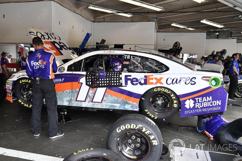 La crew di Denny Hamlin, Joe Gibbs Racing, Toyota Camry FedEx Cares