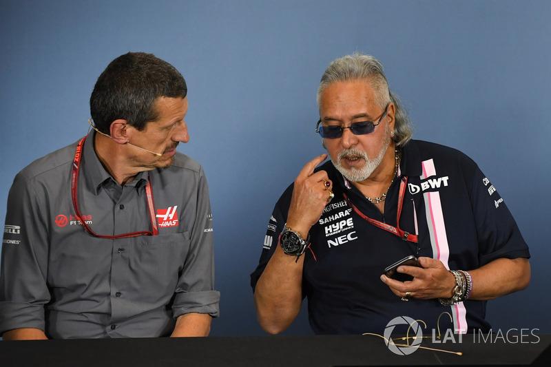 Guenther Steiner, Team Prinicipal, Haas F1 Team, e il Dr. Vijay Mallya, proprietario del team Force India Formula One, nella conferenza stampa