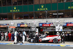 #8 Toyota Gazoo Racing Toyota TS050: Kazuki Nakajima pit stop