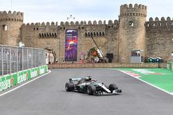 Lewis Hamilton, Mercedes-AMG F1 W09 EQ Power+ heads to the grid