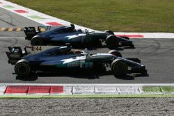 Победитель Льюис Хэмилтон и обладатель второго места Валттери Боттас, Mercedes AMG F1 W08