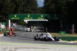 Лэнс Стролл, Williams FW40, и Кими Райкконен, Ferrari SF70H