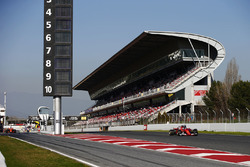Kimi Raikkonen, Ferrari SF70H dépasse Carlos Sainz Jr., Scuderia Toro Rosso STR12, alors que Fernando Alonso, McLaren MCL32 sort des stands