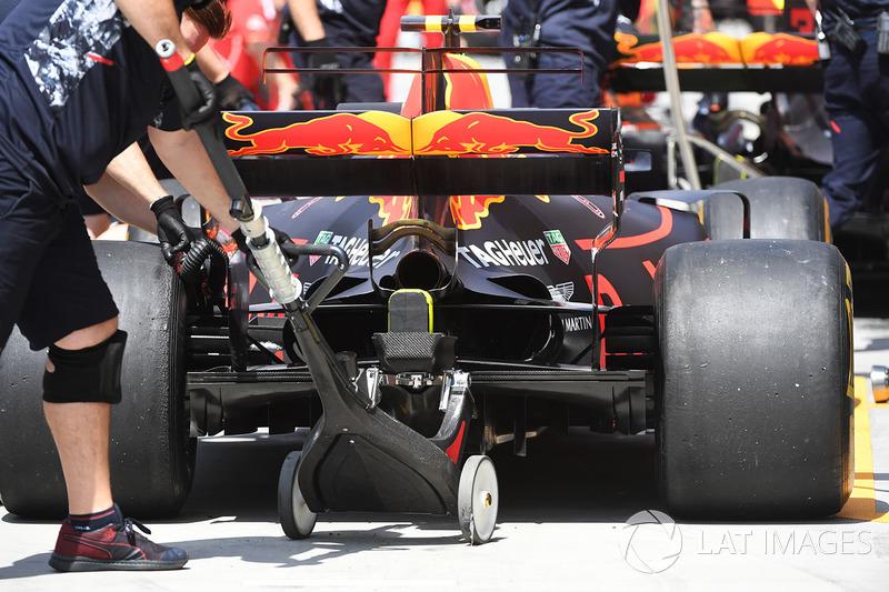 Mekanik mendongkrak mobil Max Verstappen, Red Bull Racing RB13