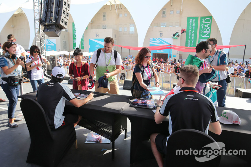 Sahara Force India F1, Sergio Pérez y sucompañero Nico Hulkenberg, Sahara Force India F1 firman autógrafos para los fans