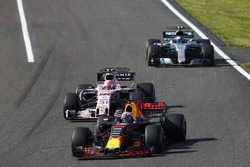 Daniel Ricciardo, Red Bull Racing RB13, Esteban Ocon, Sahara Force India F1 VJM10, Valtteri Bottas, Mercedes AMG F1 W08