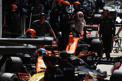 Fernando Alonso, McLaren MCL32, Stoffel Vandoorne, McLaren MCL32, in the pits during practice