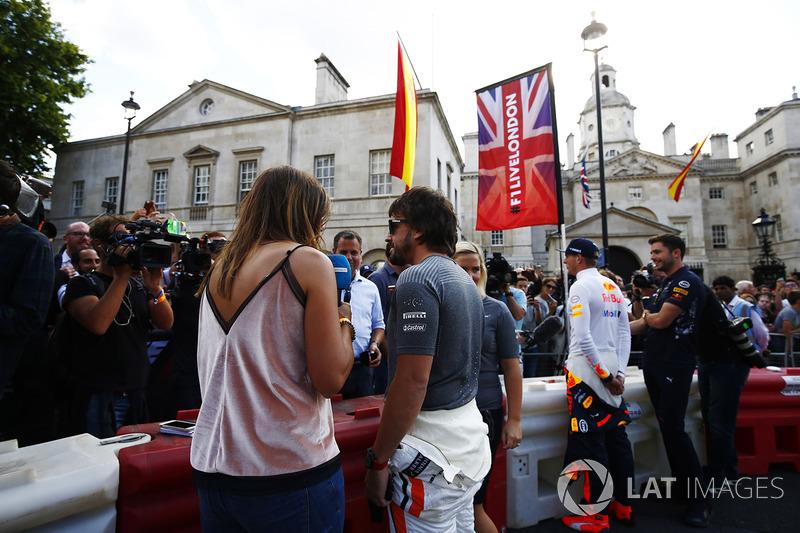 Фернандо Алонсо (McLaren) і Макс Ферстапен (Red Bull) спілкуються з медіа