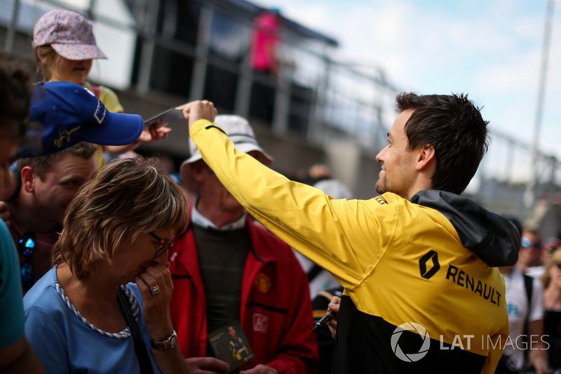 Джоліон Палмер, Renault Sport F1 Team, роздає автографи