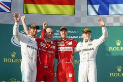 Lewis Hamilton, Mercedes AMG, Luigi Fraboni, Ferrari, Sebastian Vettel, Ferrari y Valtteri Bottas, Mercedes AMG en el podium