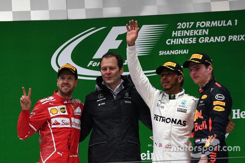 Podium: 2. Sebastian Vettel, Ferrari; Aldo Costa, Leitender Ingenieur, Mercedes AMG F1; 1. Lewis Hamilton, Mercedes AMG F1; 3. Max Verstappen, Red Bull Racing