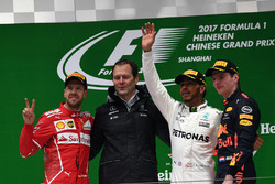 Подіум: друге місце Себастьян Феттель, Ferrari Альдо Коста, технічний директор Mercedes AMG F1, переможець гонки Льюїс Хемілтон, Mercedes AMG F1, третє місце Макс Ферстаппен, Red Bull Racing
