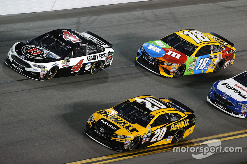 Matt Kenseth, Joe Gibbs Racing, Toyota; Kevin Harvick, Stewart-Haas Racing, Ford; Kyle Busch, Joe Gibbs Racing, Toyota