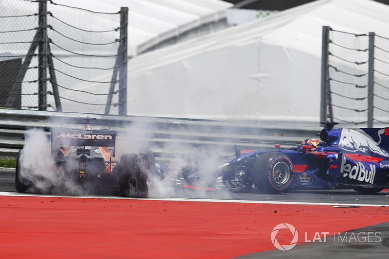 Fernando Alonso, McLaren MCL32 and Daniil Kvyat, Scuderia Toro Rosso STR12 collide at the start of the race