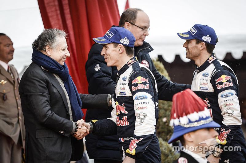 Los ganadores Sébastien Ogier, Julien Ingrassia, M-Sport junto al príncipe Alberto II de Mónaco, Jean Todt