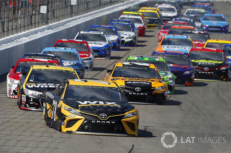 Martin Truex Jr., Furniture Row Racing Toyota, Jamie McMurray, Chip Ganassi Racing Chevrolet