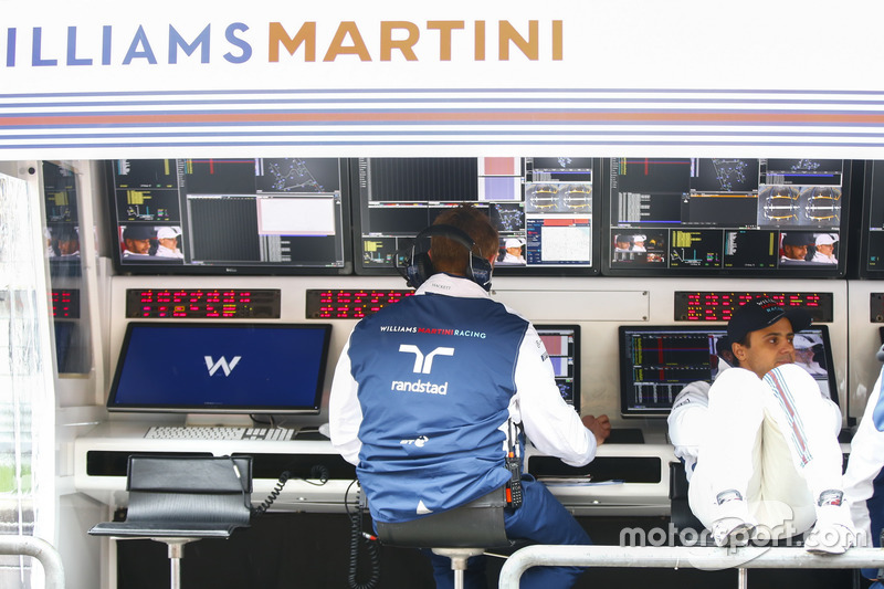 Felipe Massa, Williams, relaxes on the pit wall