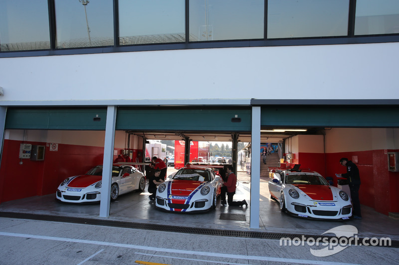 Porsche 911 GT3 Cup in allestimento nei box
