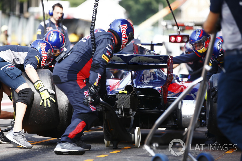 Daniil Kvyat, Scuderia Toro Rosso STR12, is serviced by his pit crew