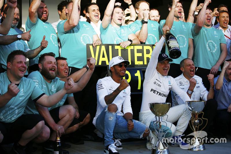 Lewis Hamilton, Mercedes AMG F1, Race winner Valtteri Bottas, Mercedes AMG F1, Tony Ross, Race Engineer, Mercedes AMG F1
