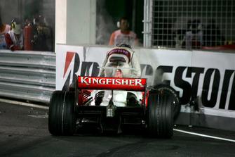 Crash: Adrian Sutil, Force India F1 VJM01