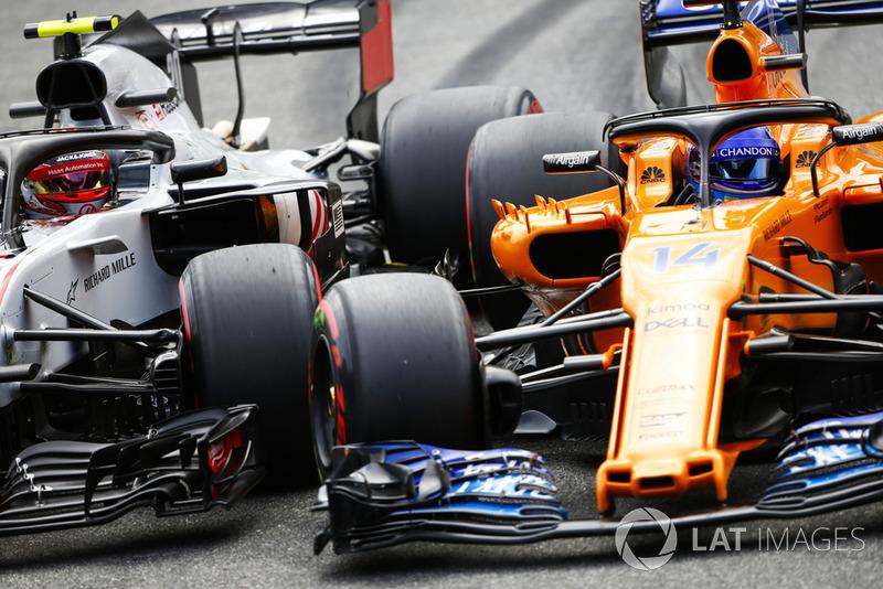 Kevin Magnussen, Haas F1 Team VF-18, et Fernando Alonso, McLaren MCL33, luttent roue dans roue