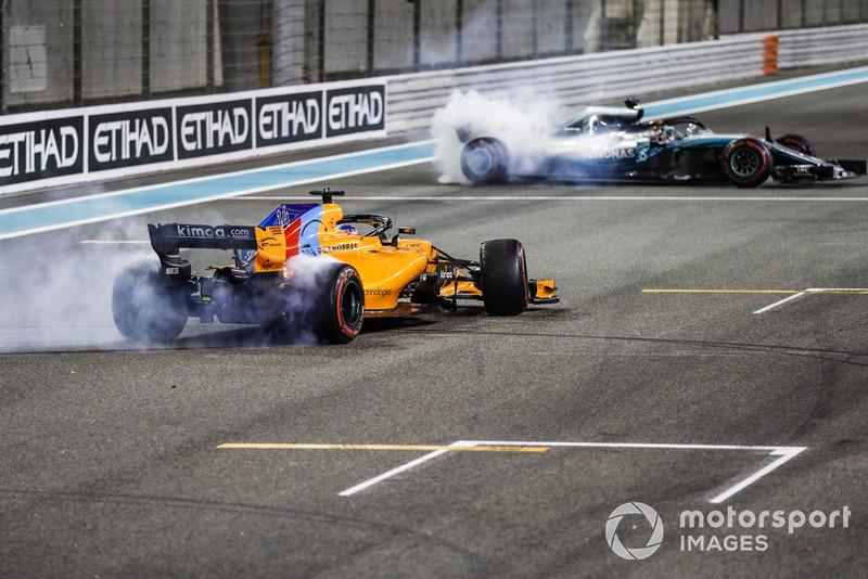 Fernando Alonso, McLaren MCL33, et Lewis Hamilton, Mercedes AMG F1 W09 EQ Power+, font des donuts après la course